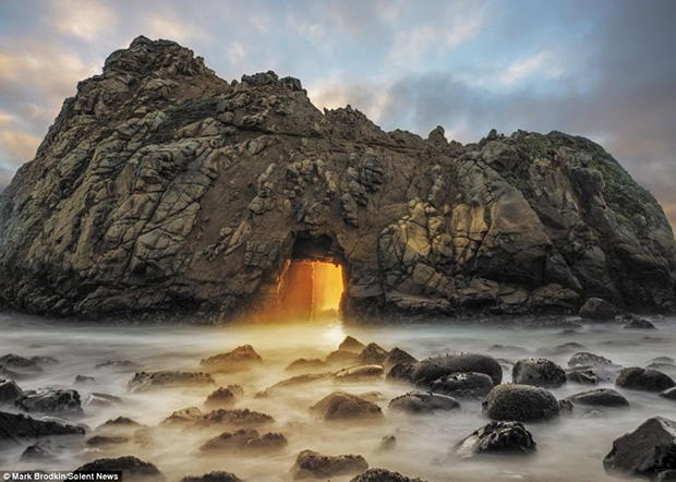 The-almost-supernatural-light-at-Keyhole-Arch-in-Pfeiffer-Beach,-California,-acts-like-a-magnet-to-photographers-desperate-to-capture-its-stunning-glow