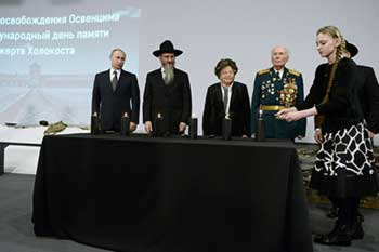 President-Vladimir-Putin-and-Russias-chief-rabbi-Berl-Lazar-light-the-candles-at-the-ceremony-commemorating-the-Holocaust-victims