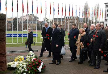 Russian MPs lay flowers to the memorial to victims of Nazi concentration camps near CE's headquarters in Strasbourg (RIA Novosti / Vladimir Fedorenko)