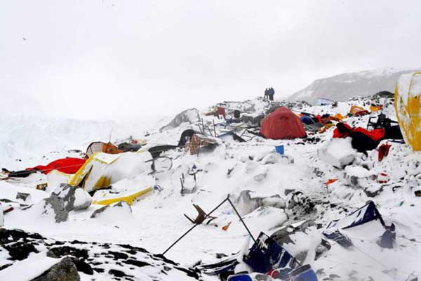 Avalanche-ripping-through-Everest-camp-captured-by-climbers