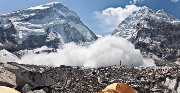Avalanche-ripping-through-Everest-camp-captured-by-climbers3