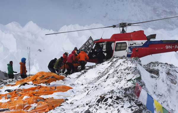 Avalanche-ripping-through-Everest-camp-captured-by-climbers6