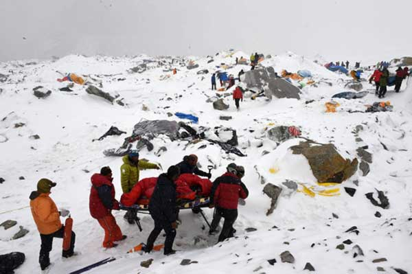 Avalanche-ripping-through-Everest-camp-captured-by-climbers8