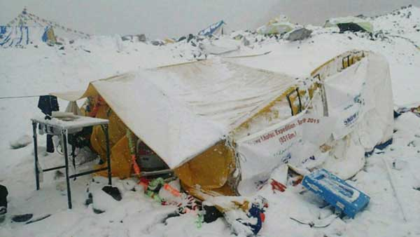 Avalanche-ripping-through-Everest-camp-captured-by-climbersk