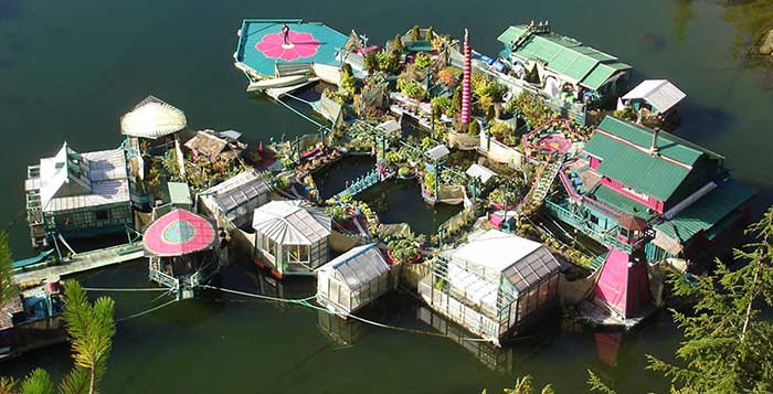 Couple-Spends-20-Years-Building-A-Self-Sustaining-Floating-Island-To-Live-Off-Grid-11