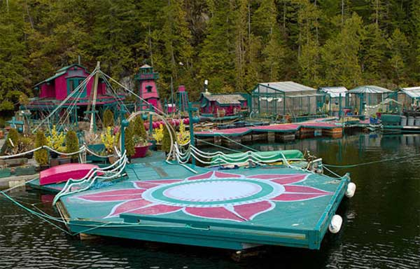 Couple-Spends-20-Years-Building-A-Self-Sustaining-Floating-Island-To-Live-Off-Grid-5