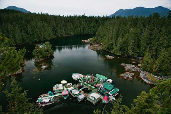 Couple-Spends-20-Years-Building-A-Self-Sustaining-Floating-Island-To-Live-Off-Grid-7