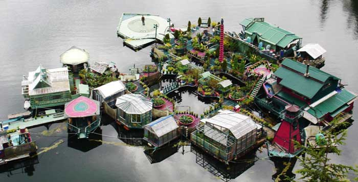 Couple-Spends-20-Years-Building-A-Self-Sustaining-Floating-Island-To-Live-Off-Grid-9