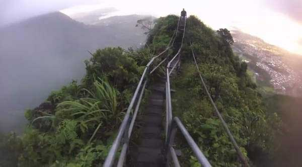 The-Illegal-4000-Step-Stairway-To-Heaven-In-Hawaii-Is-Pure-Insanity-23