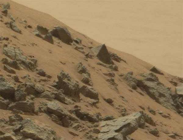 Curiosity-Rover-Has-Found-a-Pyramid-on-Mars-2